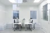 Zwei manuelle Monatgearbeitsplätze unter Reinraumbedingung ISO 7
