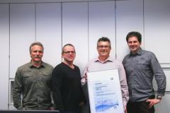 Mit dem leitenden Auditor Michael Rieger (Mitte mit Zertifikat) freuen sich Martin Schütz, Uwe und Bernd Rittinghaus (von links)